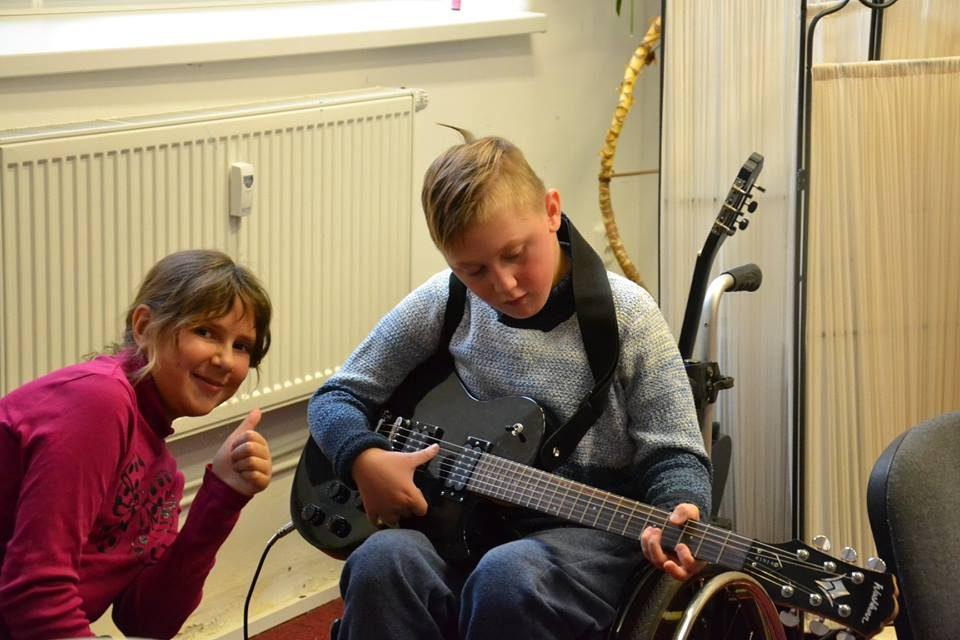 Na trénink jemné motoriky je nejlepší elektrická kytara :)