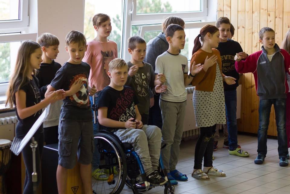 Se spolužáky si Patrik vždy rád zazpívá :-). Není to slyšet, ale je to Happy Day. Takový den i Vám všem.