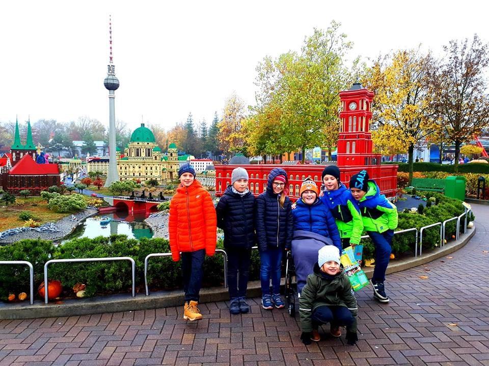 Patrik tráví moc rád čas s kamarády! No a když je to v Legolandu, je ještě raději.