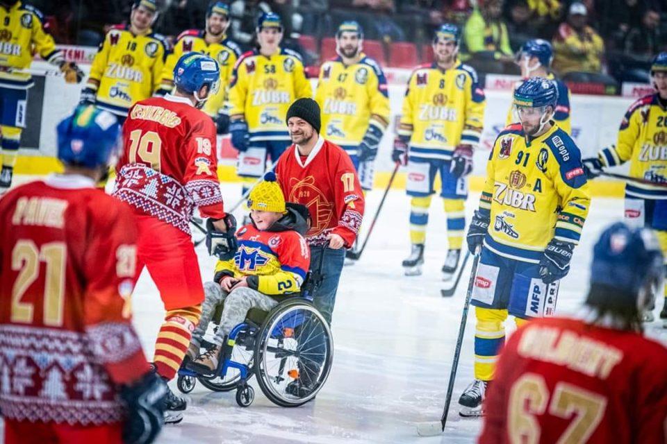 Patrik zahájil zápas HC Motor