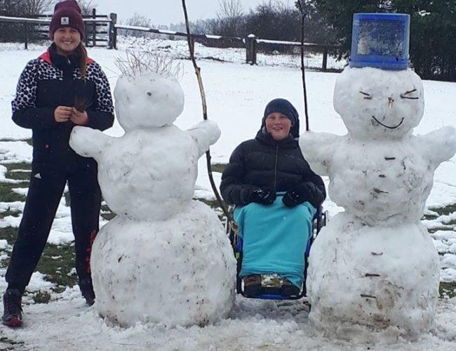 Páťa staví sněhuláky u babičky a dědy na chalupě